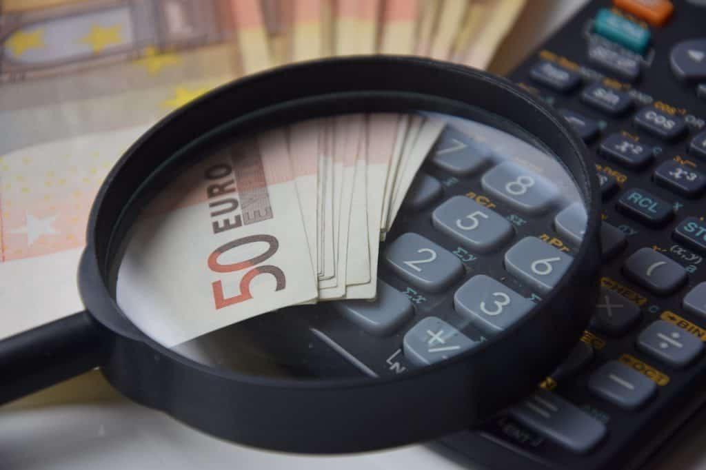 זכוכית מגדלת מחשבון וכסף