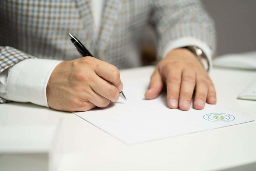 איש כותב