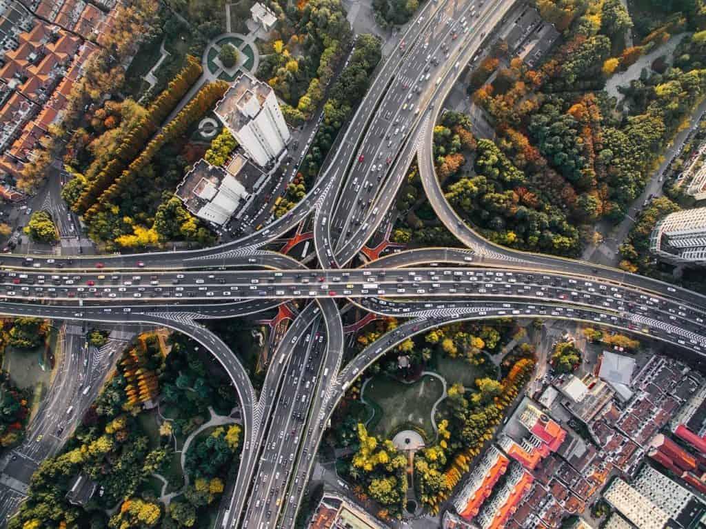 תצלום אווירי על כבישים מהירים